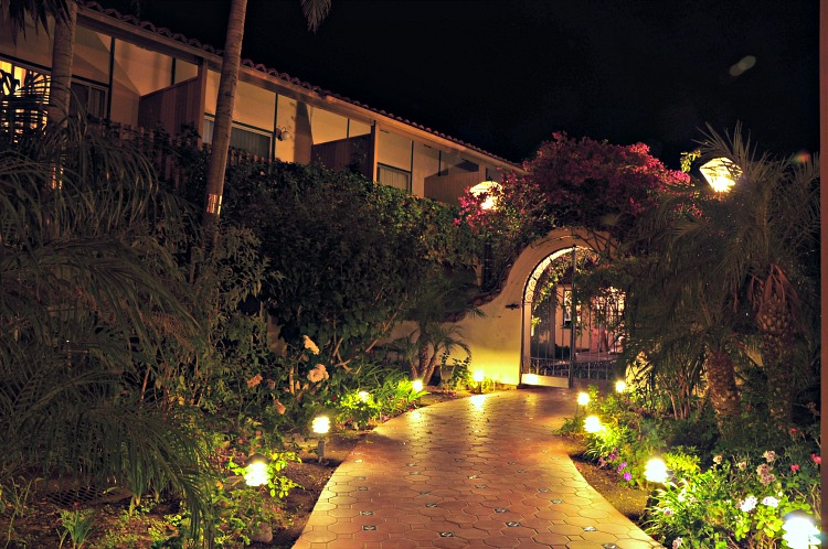 Best Western Peppertree Inn walkway lit at night