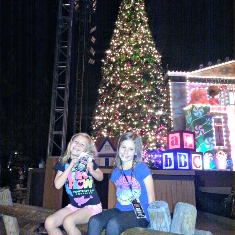 Zoë and Kaylee in front of Christmas tree at Knott's Merry Farm