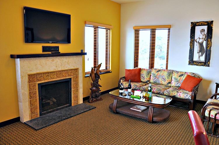 Living room of Pantai Inn Suite in La Jolla, CA