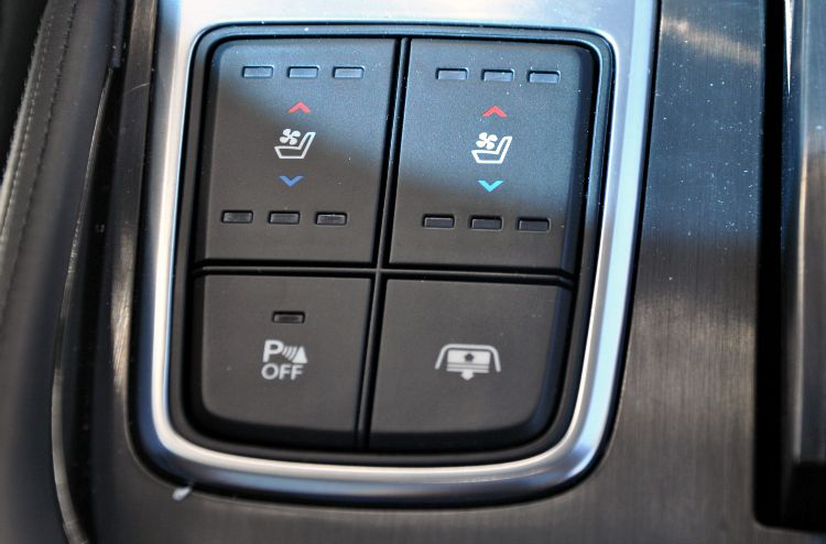 Hyundai Azera Limited seat cooler and heater buttons