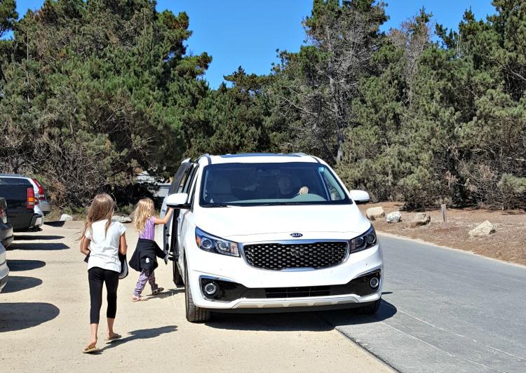 Zoë and Kaylee getting into the white Kia Sedona we drove on our roadtrip